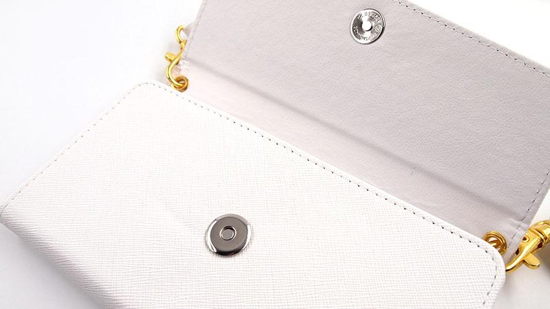 フラップ裏面でピタッと閉まる。ファッション性の高いカジュアルな三つ折り手帳型スマホケース