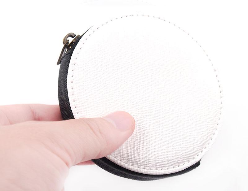 合皮製のレザーコインケースで手触りも良いです。